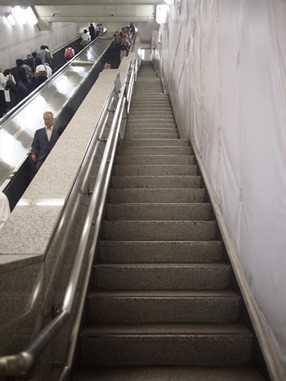 地下鉄大手町の長い階段